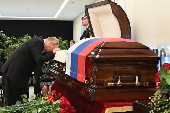 Վլադիմիր Պուտինը հուզված հրաժեշտ է տվել զոհված ԱԻ նախարարին