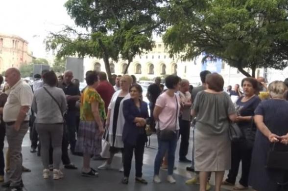 Արցախից տեղահանված բնակիչների բողոքի ակցիան Կառավարության դիմաց (տեսանյութ)