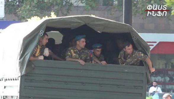 Զինվորական անշուք քայլերթի մասնակիցներին պողոտայից հեռացրեցին բեռնատարներով (տեսանյութ)