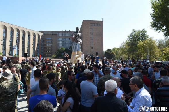Արամ Մանուկյանի արձանի առջև մարտակոչ էր հնչում․ նույն պահին ԱԺ-ում Փաշինյանը հայտարարում էր՝ եկեք պայմանավորվենք, որ ինչ էլ լինի, մենք մեզ պարտված չենք համարելու
