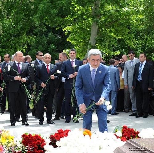 Սերժ Սարգսյանն այցելել է Անդրանիկ Մարգարյանի շիրմին