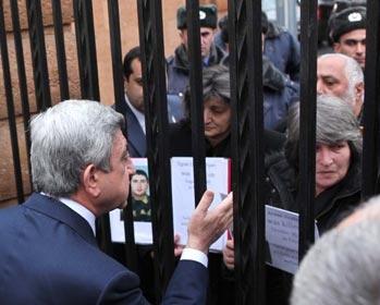 Սերժ Սարգսյանը ցուցարարների հետ խոսել է ճաղերի հետևից