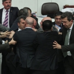 Թուրքիայի խորհրդարանում իշխող և ընդդիմադիր խմբակցությունների  պատգամավորները ծեծկռտուք են սարքել
