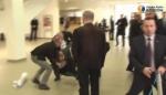 Охрана президента Польши заклеила рот пытавшемуся задать вопрос (видео)