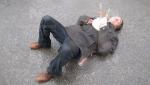 Տղամարդը, խորովածը կրծքին, քնել է փողոցում՝ անձրևի տակ (տեսանյութ)