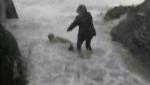 Փոթորկված ծովի ալիքները քշում տանում են Ֆրանսիայի զբոսաշրջիկներին