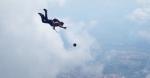 Պարաշյուտիստները օդում գնդակ են խաղում