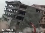 Չինաստանում շենքը փլվել է էքսկավատորի վրա