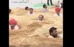 Հնդկաստանում ֆերմերները բողոքի ցույց են կազմակերպել երաշտի դեմ՝ փոսը մտնելով