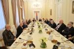 Սերժ Սարգսյանը թեյի սեղանի շուրջ հանդիպել է մտավորականների հետ և խոսել ապագա նախագահի մասին