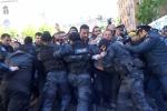 Ոստիկանները քաղաքացիներին բերման են ենթարկել Մաշտոցի պողոտայից (տեսանյութ)