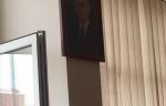 Բերման ենթարկվածը բաժանմունքի պատուհանից շպրտել է Սերժ Սարգսյանի լուսանկարը (տեսանյութ)