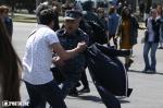 Ոստիկանները բռնի ուժով բերման են ենթարկում ցուցարարներին (տեսանյութեր)