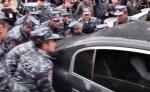 Ինչպես են ոստիկանները ճոճում աղջիկների մեքենան (տեսանյութ)