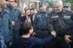 Ժողովուրդը շնորհավորում է ոստիկաններին՝ Սերժ Սարգսյանի հրաժարականի առթիվ