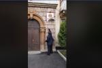 Պապիկն ավելով պոկել է ՀՀԿ-ի ցուցատախտակը (տեսանյութ)