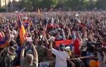 Արմեն Աշոտյանի ելույթը Հանրապետության հրապարակում հավաքված քաղաքացիները մեջքով շրջված են լսել