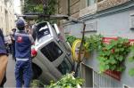 Թբիլիսիում մեքենան կայանելու ժամանակ հայտնվել է բնակելի տան բակում (լուսանկար)