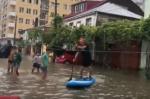 Բաթումում հորդառատ անձրևից հետո նավակով են շրջում (տեսանյութ)
