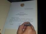 Նիկոլ Փաշինյանը ցուցարարների ներկայությամբ ստորագրեց նախարարներին պաշտոններից ազատելու մասին որոշումները