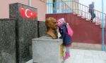 Թուրքիայում աշակերտուհին ամեն օր դպրոցի բակում համբուրում է Աթաթուրքի կիսանդրին