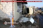 23-ամյա վարորդը Nissan-ով բախվել է երկաթե պաշտպանիչ սյուներին, բնակչի տան պատին և կողաշրջվել. պատը փլուզվել է