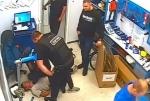 Ռուս ոստիկանը բջջային հեռախոսը մտցրել է բերման ենթարկվածի բերանը