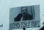 Ցուցանակ Եղվարդ-Երևան մայրուղու վրա. «Հանգիստ ընկեք ք…ք-ը»