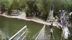 В Китае обрушился канатный мост с туристами (видео)