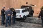 Քաղաքացին, ում խանութը ցանկացել են քանդել, փորձել է մեքենան հրկիզել քաղաքապետարանի դիմաց (տեսանյութ)