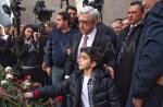 Սերժ Սարգսյանը թոռնիկի հետ այցելել է Ծիծեռնակաբերդ (տեսանյութ)