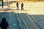Իսպանիայում ոստիկանը հաշված վայրկյանների ընթացքում փրկել է կույր կնոջ կյանքը՝ հեռացնելով նրան տրամվայի գծերից (տեսանյութ)