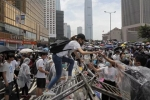 В Гонконге протестующие блокируют главные улицы и здание правительства