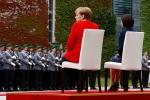 Меркель и премьер Молдавии сидя слушали гимны во время протокольного мероприятия