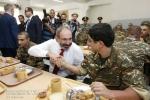 Փաշինյանը զորամասում փորձել է զինվորի սննդի որակը (տեսանյութ)